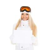 Mujer joven en vidrios del esquí con el tablero vacío para el texto. foto de archivo libre de regalías