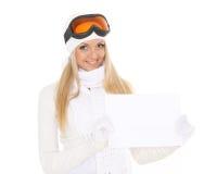Mujer joven en vidrios del esquí con el tablero vacío para el texto imagenes de archivo