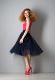 Mujer joven en zapatos rosados Fotografía de archivo libre de regalías