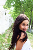 Mujer joven en el parque de la primavera Imagen de archivo