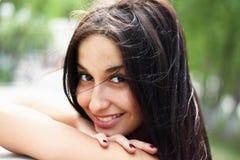 Mujer joven en el parque de la primavera Imagen de archivo libre de regalías