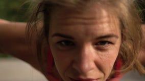 Mujer joven encantadora en la elaboración de la ropa de los deportes almacen de video