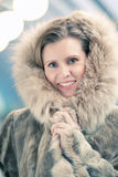 Mujer joven encantadora en un abrigo de pieles del invierno Fotos de archivo libres de regalías