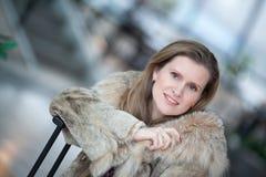 Mujer joven encantadora en un abrigo de pieles del invierno Imagen de archivo