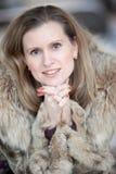 Mujer joven encantadora en un abrigo de pieles del invierno Imágenes de archivo libres de regalías