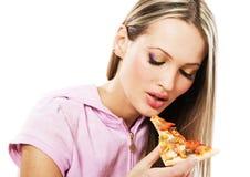 Mujer joven encantadora que come la pizza Imagen de archivo libre de regalías