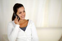 Mujer joven encantadora que conversa en el teléfono móvil Fotografía de archivo