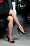 Mujer joven encantadora que se sienta en un coche Imágenes de archivo libres de regalías