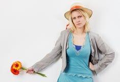 Mujer joven enfadada con la mano en cadera Foto de archivo libre de regalías