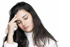 Mujer joven enferma con dolor de cabeza. Gripe o alergia Foto de archivo