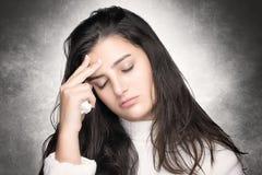 Mujer joven enferma con dolor de cabeza. Gripe o alergia Imágenes de archivo libres de regalías