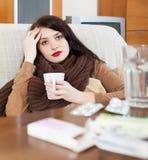 Mujer joven enferma con las medicaciones Imagen de archivo