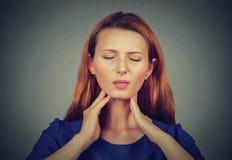 Mujer joven enferma que tiene dolor en su garganta Foto de archivo libre de regalías