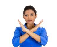Mujer joven enojada con el gesto de X a parar el hablar, corte él hacia fuera Imágenes de archivo libres de regalías