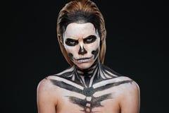 Mujer joven enojada con el maquillaje gótico de Halloween foto de archivo