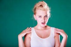 Mujer joven enojada con el perno encima del pelo Foto de archivo libre de regalías