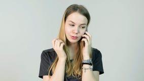 Mujer joven enojada, grito, confundido, triste, nervioso, trastorno, tensión y pensamiento con su teléfono móvil, chica joven her Fotos de archivo libres de regalías