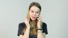 Mujer joven enojada, grito, confundido, triste, nervioso, trastorno, tensión y pensamiento con su teléfono móvil, chica joven her Imagen de archivo