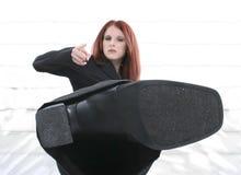 Mujer joven enojada hermosa en el retroceso con el pie del juego Fotos de archivo