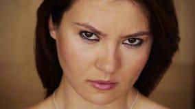 Mujer joven enojada que mira fijamente la cámara almacen de video