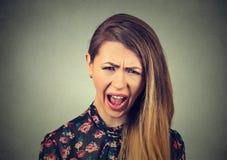 Mujer joven enojada que tiene ataque de nervios, griterío de griterío Imagen de archivo