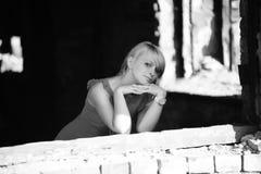 Mujer joven entre las ruinas, monocromáticas Fotos de archivo libres de regalías