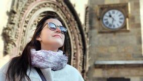 Mujer joven entusiasta de la moda que admira exterior del edificio de la arquitectura que sorprende en la puesta del sol metrajes