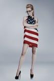 Mujer joven envuelta en americano Foto de archivo libre de regalías