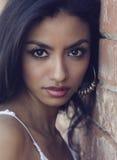 Mujer joven exótica hermosa con el pelo oscuro largo Fotografía de archivo libre de regalías