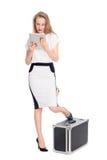 Mujer joven expectante con una tableta Imagen de archivo libre de regalías