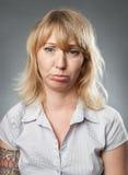 Mujer joven, expresión que pone mala cara Imágenes de archivo libres de regalías