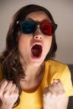 Mujer joven expresiva que mira la película 3d Foto de archivo libre de regalías