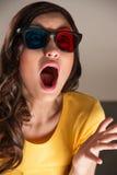 Mujer joven expresiva que mira la película 3d Fotografía de archivo libre de regalías