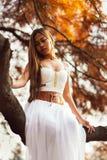 Mujer joven fantástica hada hermosa de la muchacha de la fantasía con el vestido largo blanco en parque ventoso del otoño fotografía de archivo libre de regalías