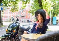 Mujer joven fashinable sonriente en sombrero negro grande del verano Imagen de archivo