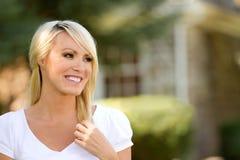 Mujer joven feliz afuera Fotografía de archivo
