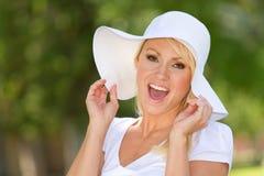 Mujer joven feliz afuera Imágenes de archivo libres de regalías