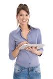 Mujer joven feliz aislada hermosa que usa la tableta. Imagenes de archivo