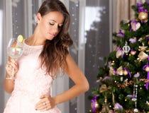 Mujer joven feliz cerca del árbol de navidad Fotografía de archivo