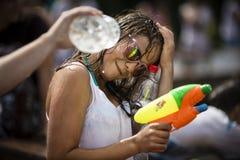 Mujer joven feliz con el arma de agua Imagen de archivo libre de regalías
