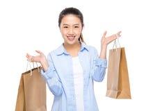 Mujer joven feliz con el bolso de compras Imagen de archivo libre de regalías