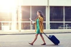 Mujer joven feliz con el bolso del viaje y mapa en ciudad Imagenes de archivo