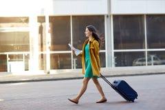 Mujer joven feliz con el bolso del viaje y mapa en ciudad Fotos de archivo libres de regalías