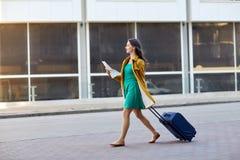 Mujer joven feliz con el bolso del viaje y mapa en ciudad Imágenes de archivo libres de regalías