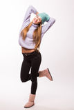 Mujer joven feliz con el casquillo en la cabeza Imagen de archivo libre de regalías