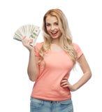 Mujer joven feliz con el dinero del efectivo del dólar de los E.E.U.U. Fotografía de archivo