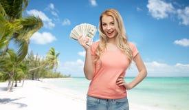 Mujer joven feliz con el dinero del efectivo del dólar de los E.E.U.U. Imagen de archivo libre de regalías