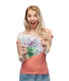Mujer joven feliz con el dinero euro del efectivo Imagenes de archivo