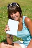 Mujer joven feliz con el libro en parque Foto de archivo libre de regalías