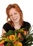 Mujer joven feliz con el manojo de flores hermoso Imagen de archivo